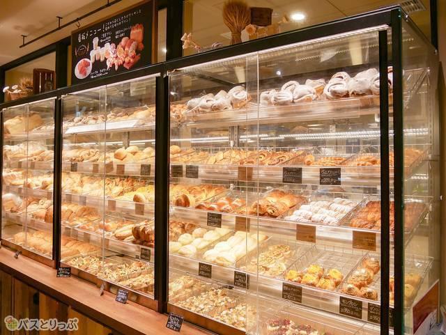 ベーカリーにはたくさんのパンが陳列されている