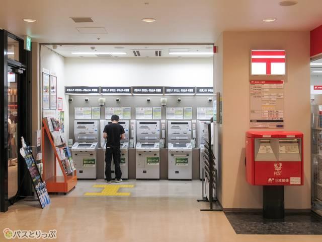 「金沢駅内郵便局」のATMコーナー