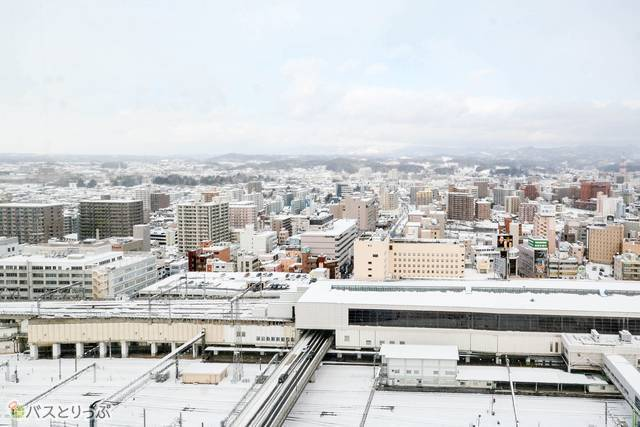 「マリオス」の展望室から市内を見下ろす。それにしても凄い雪