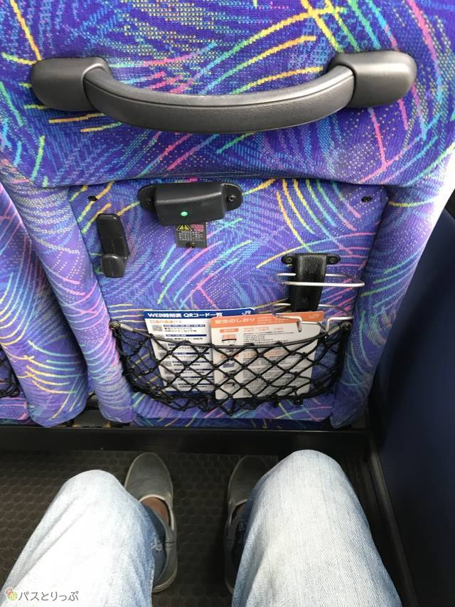 座った状態。緑のランプが付いている部分にUSBを挿して充電できる