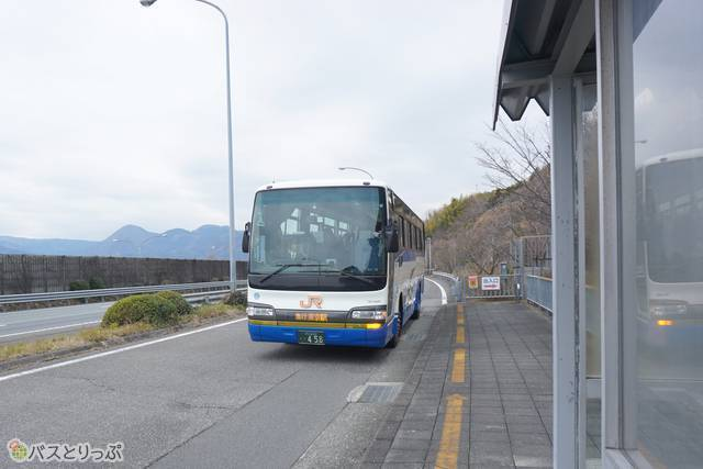 東名松田の高速バス停に入線するJR東海バス「東名号」