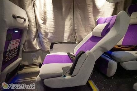ウィラーエクスプレスの高速バス「コモド」は1車両に8席限定! 3列独立シートの車内の様子や運行路線は?