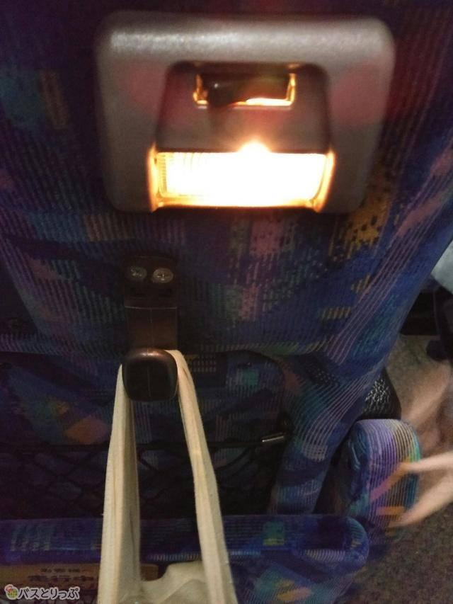 前座席には読書灯とフットレスト