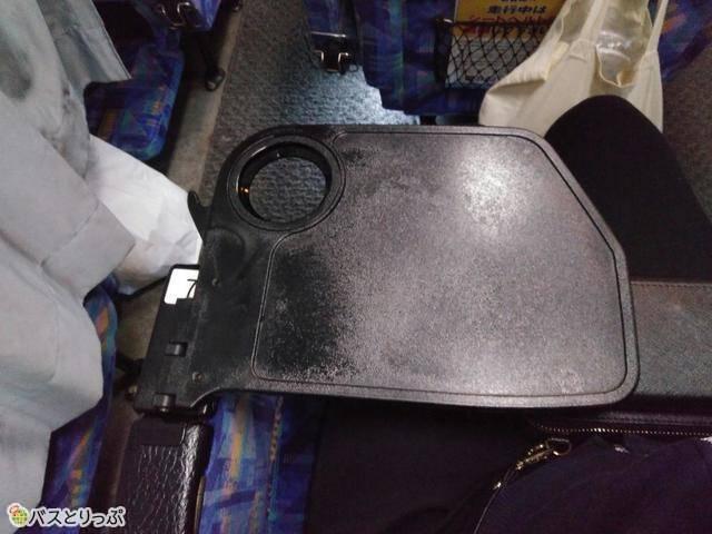 折り畳みのテーブルと前座席にドリンクを置くことができます