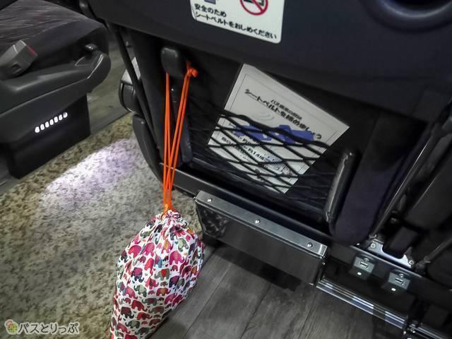 前座席のフックはちょっとしたものをかけることができて便利