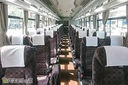 ゆったり度はどのくらい違う? 京王バスの「4列標準シート」と「4列ゆったりシート」比較! 車内設備や共通サービスも紹介