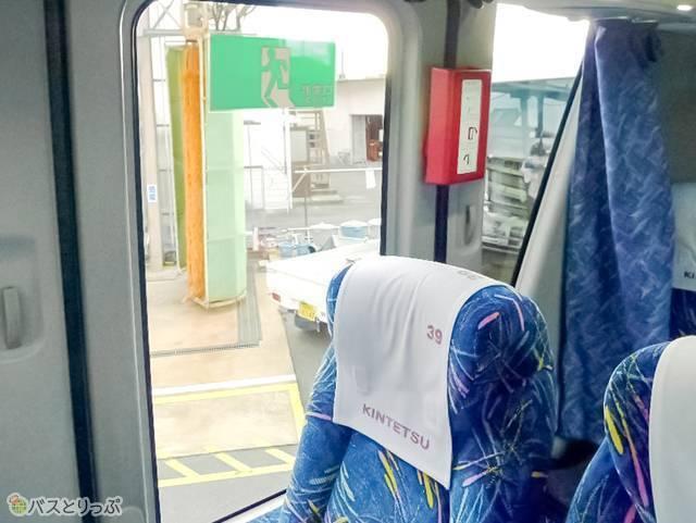 非常口はバス後方、前から見て左側に