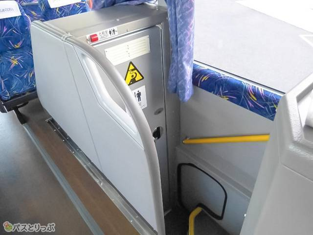 バス中央部には半地下タイプのトイレつき