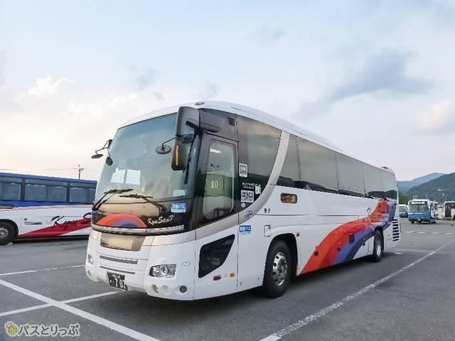 九州産交バスの外観ははっきりとしたレインボーが目印!