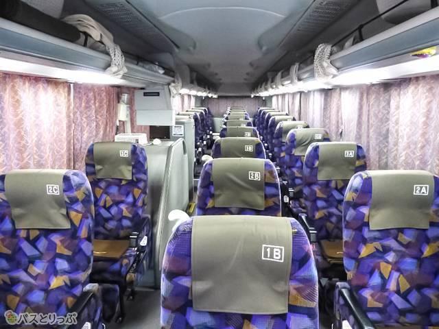 3列独立シート座席。横3列×縦10列です