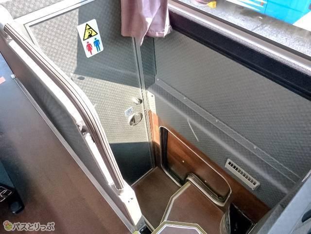 トイレは車内中央に