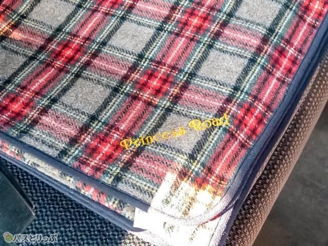 可愛いチェックの大判毛布はロゴ入りの特別仕様!