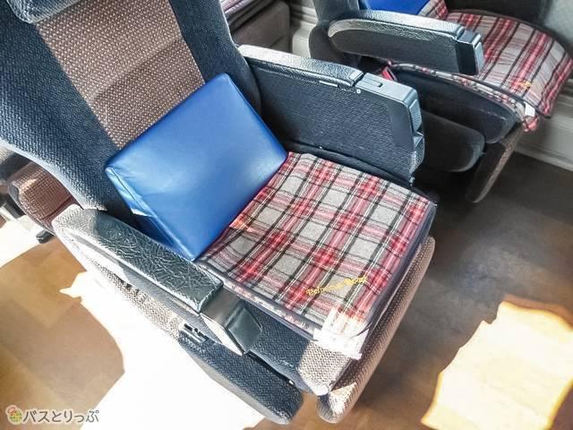 腰あてクッションを座席に設置するとこんな風