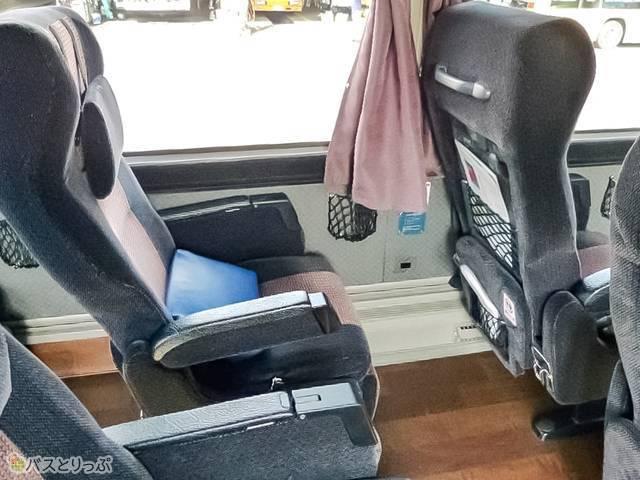 通常座席がこちら。この背もたれヘッドの分厚さの安心感!
