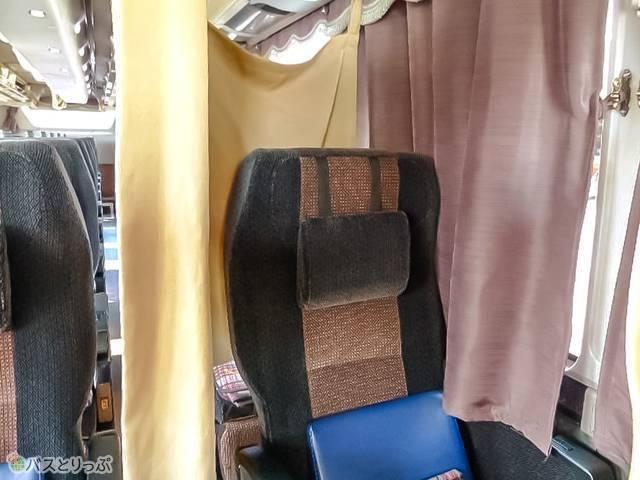 個別カーテンは座席後ろまでを覆うスタイル