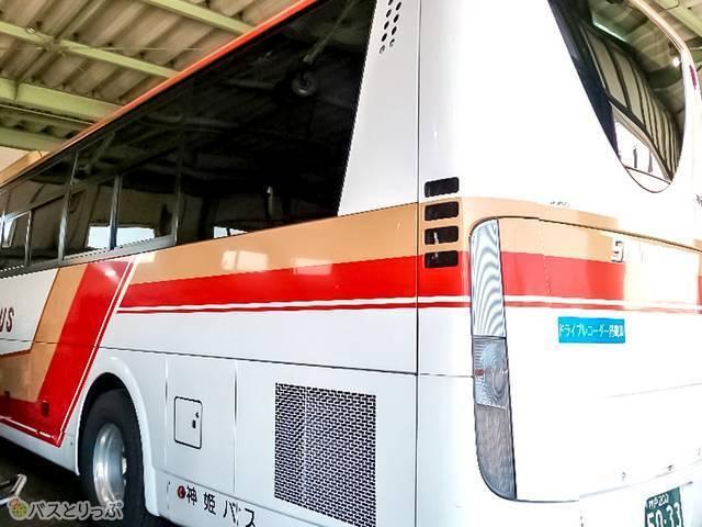 3列独立シート車両はバス横の帯に下線あり