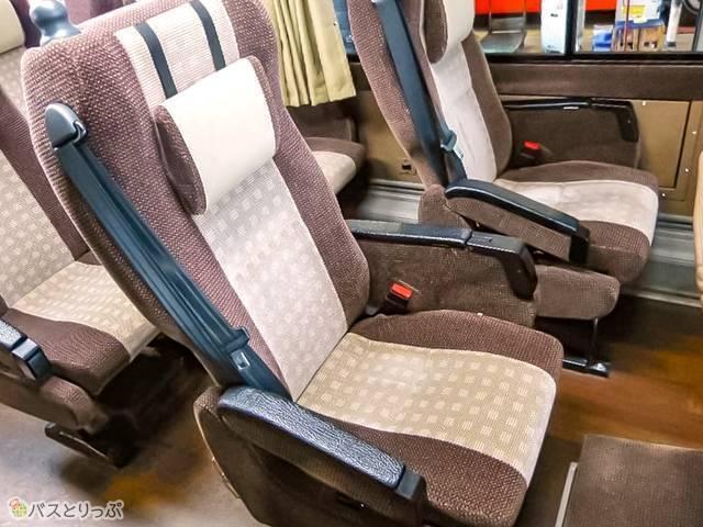 通常時の座席。左右に空間のある独立タイプで、足元もゆったり