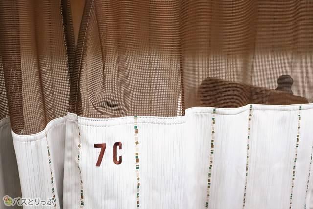 カーテンは上部がメッシュですが、顔あたりからはしっかりと隠れます