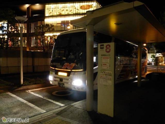 5:45、小田原駅に到着。日の出前なのに駅前は結構明るい!