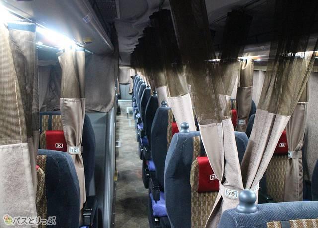 カーテンはそれぞれのシートに設置されています