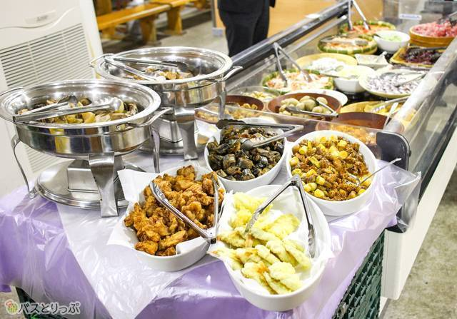 魚の煮つけや天ぷらなどのお惣菜も