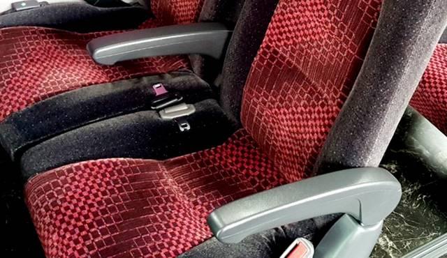 全ての座席にひじ掛けと充電設備(USBポート)を完備