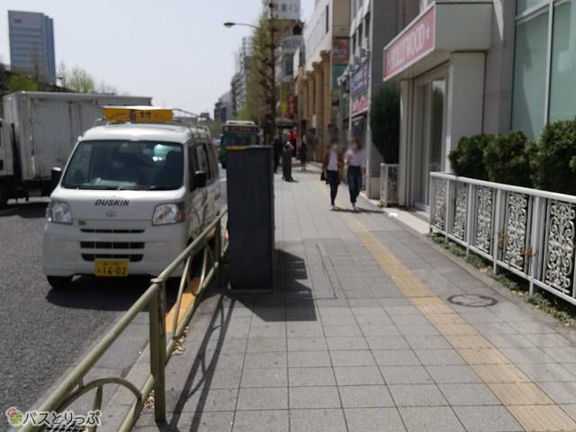 この通りを直進