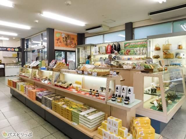 お土産売場は小さめ。大分の民芸品や大分限定かぼすグッズなどが楽しい