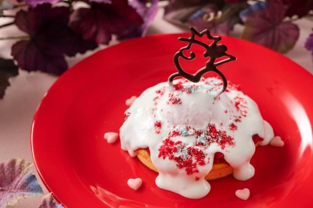 パンケーキ、ラズベリームース&ヨーグルトクリーム 850円(c)Disney
